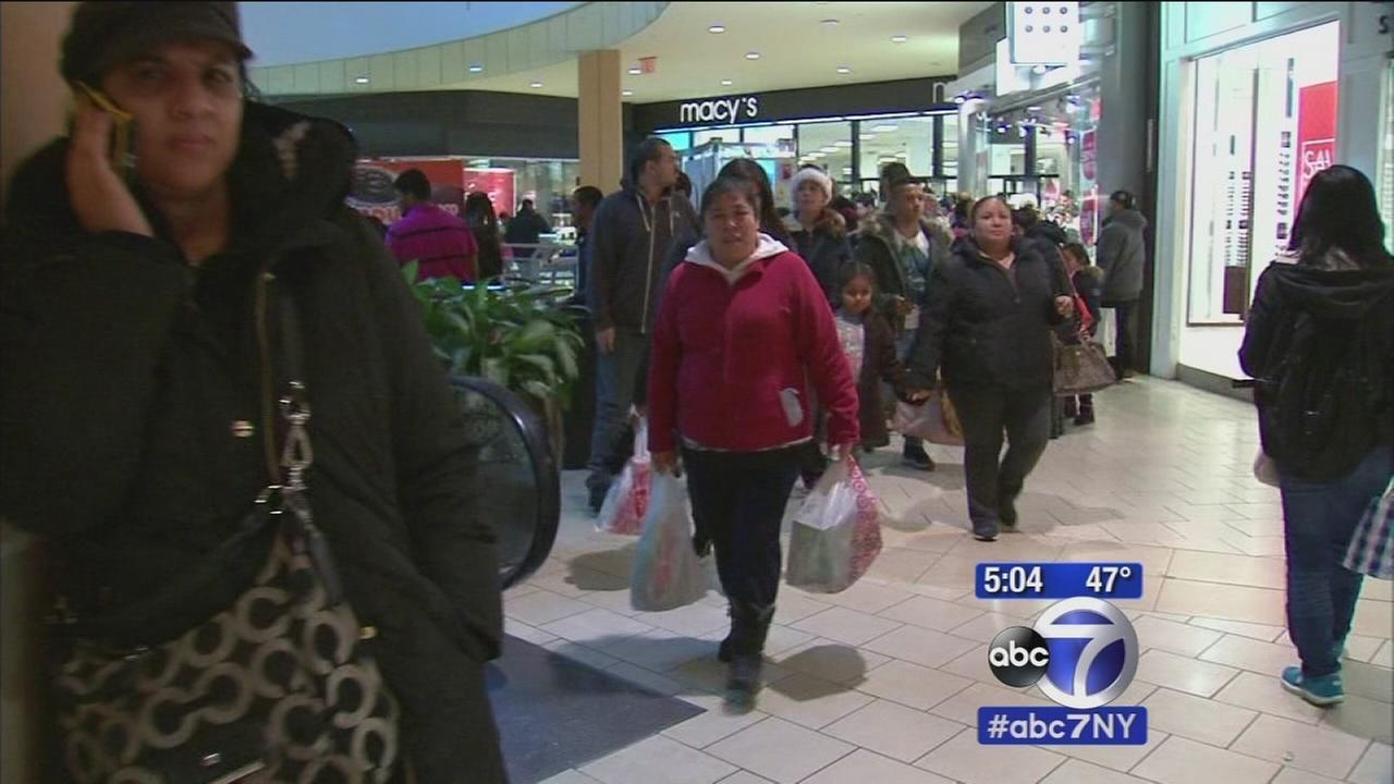 Shoppers hit malls in last-minute scramble