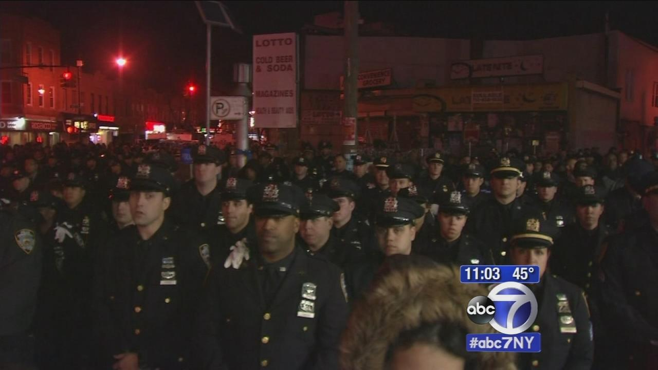 Thousands mourn fallen NYPD officer Rafael Ramos at wake