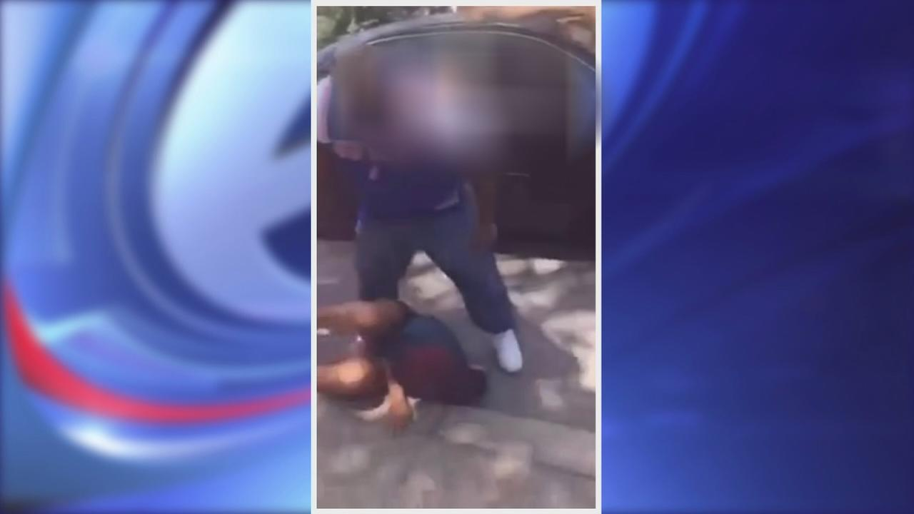 Father jumps into fight with teenage girls in Brooklyn