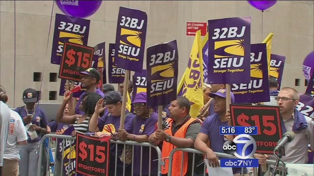 New York board backs $15 minimum wage hike for fast food workers