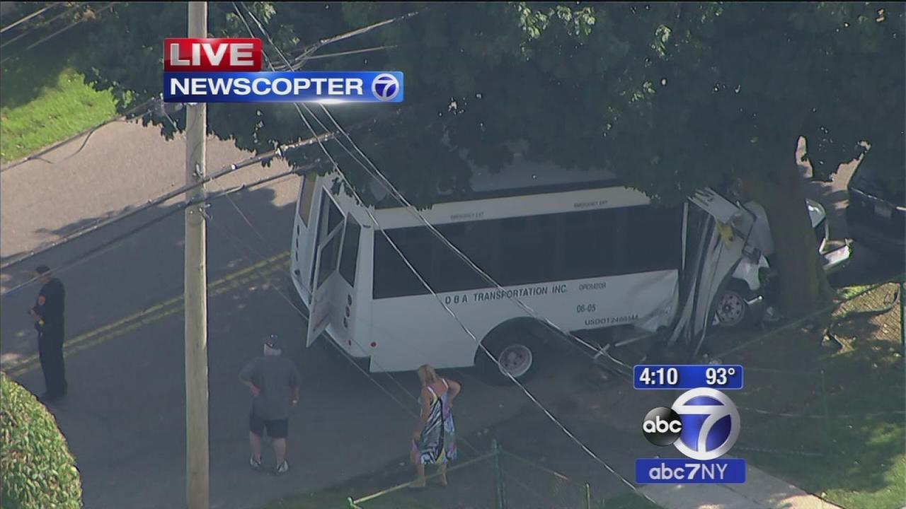6 people injured in bus crash in Deer Park, NY