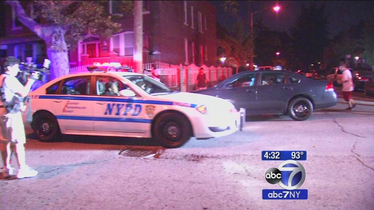 Off-duty NYPD officer shot in apparent attempted robbery; suspects at large