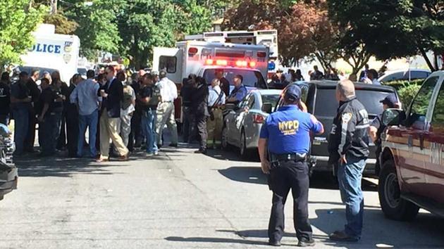 Un bombero de Nueva York resultó hoy herido de bala al ser alcanzado por un disparo de un hombre atrincherado