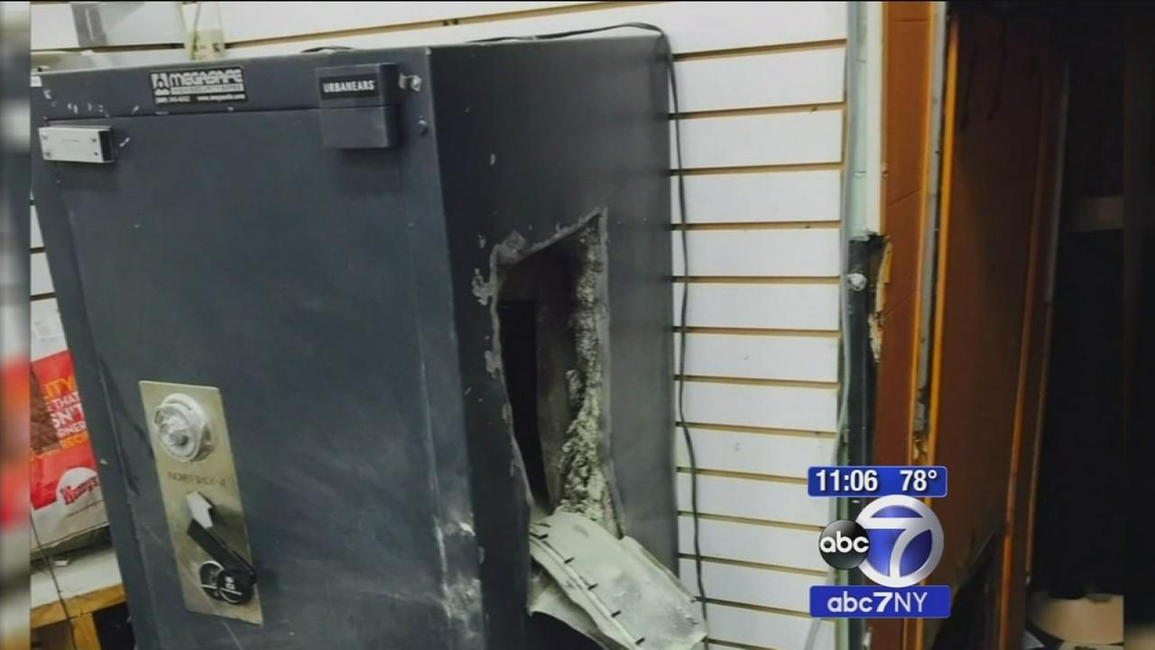 Thieves cut through jewelry store roof in heist