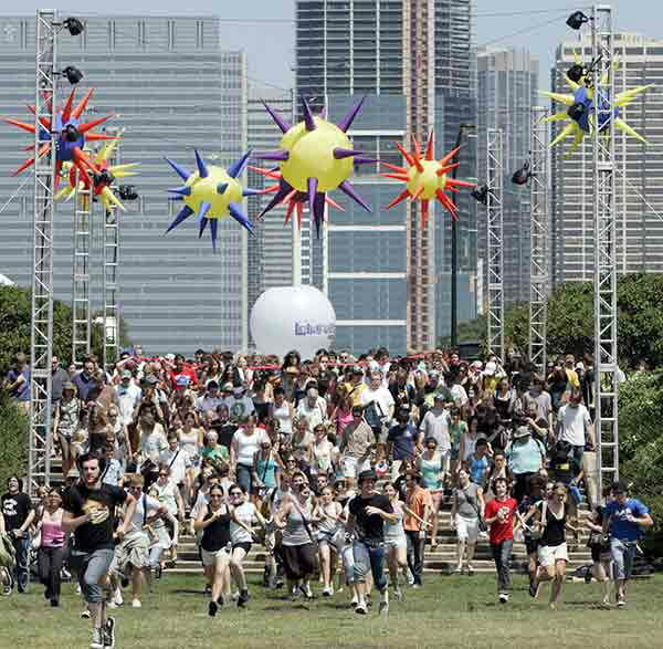 Fans run into Grant Park as the Lollapalooza gates open in 2006. <span class=meta>AP Photo/CHARLES REX ARBOGAST</span>