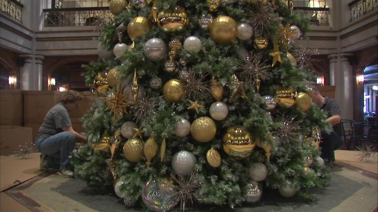 Christmas tree goes up at Macy\'s Walnut Room | abc7chicago.com