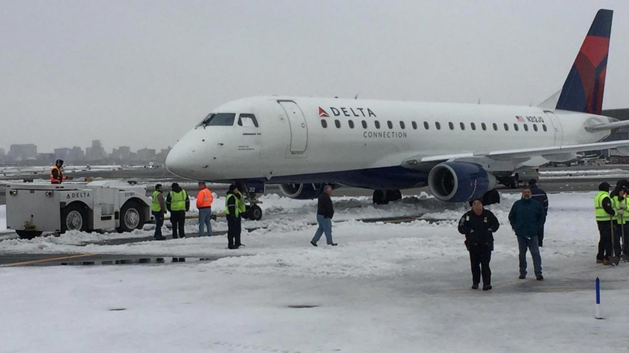 Delta Plane Gets Stuck In Snow Upon Landing At LaGuardia