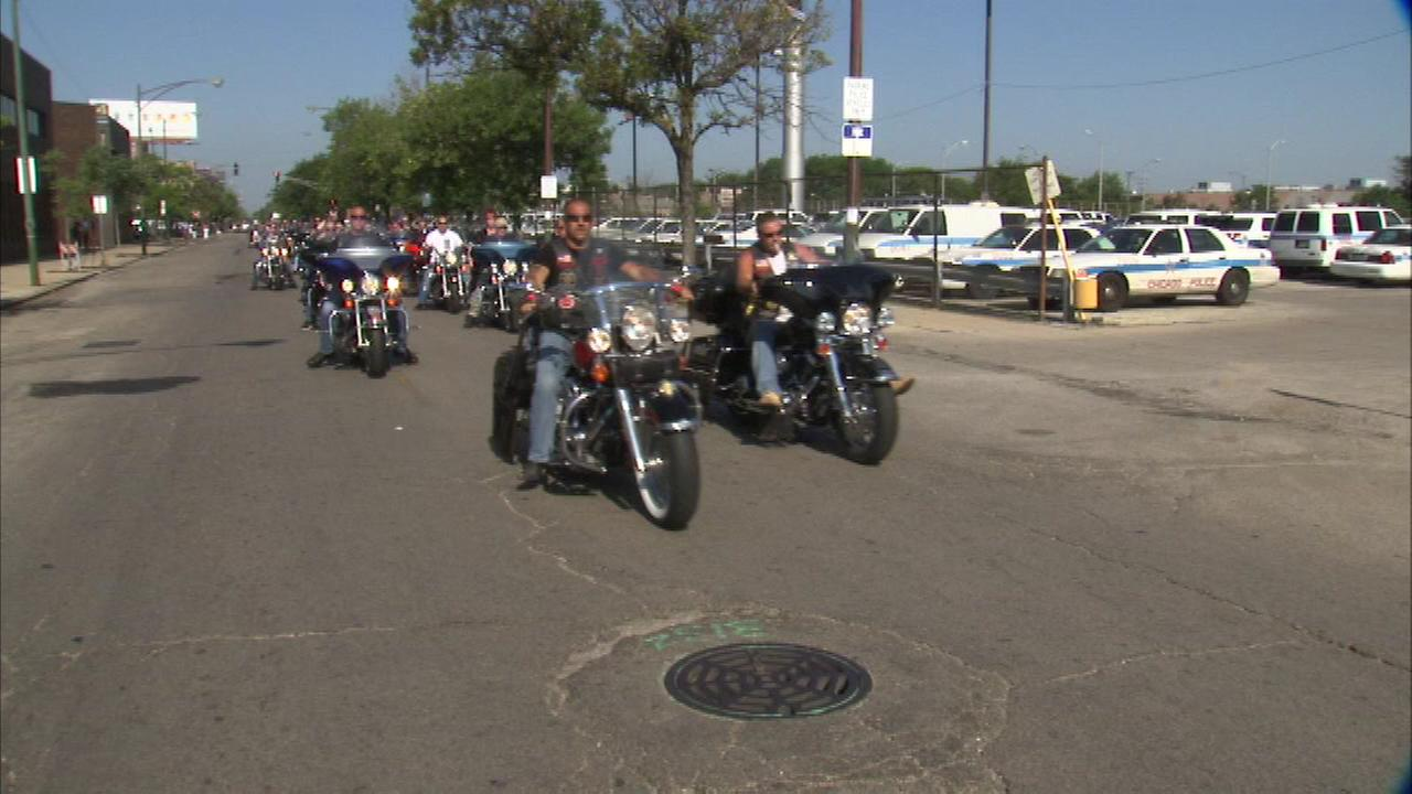 More than a thousand people took part in a motorcycle ride to honor Chicago Police officers.