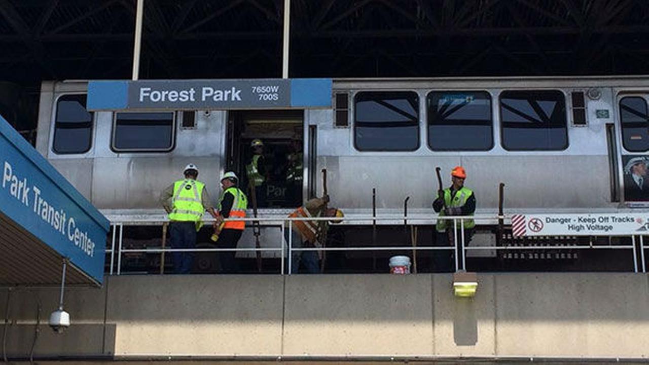 Photos Cta Blue Line Train Derails At Forest Park