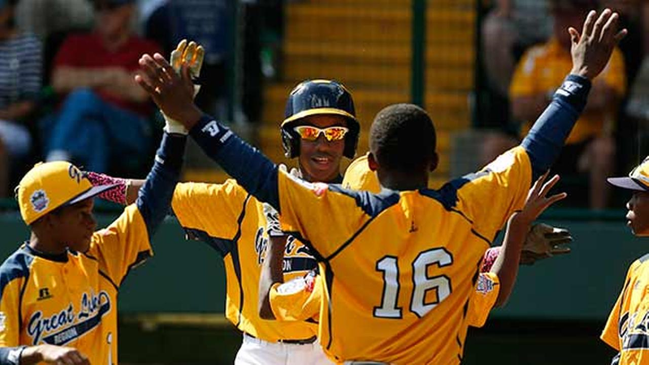 Chicagos Pierce Jones, center rear, celebrates with teammates DJ Butler (1) and Marquis Jackson (16) after hitting a two-run home run during the third inning.
