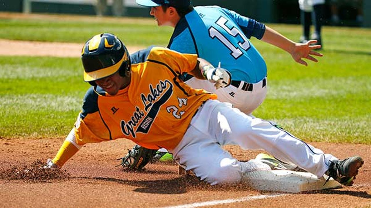 Chicagos Trey Hondras (24) steals third ahead of the tag by Las Vegas third baseman Dillon Jones (15) during the first inning of a baseball game in United States pool play at the Gene J. Puskar