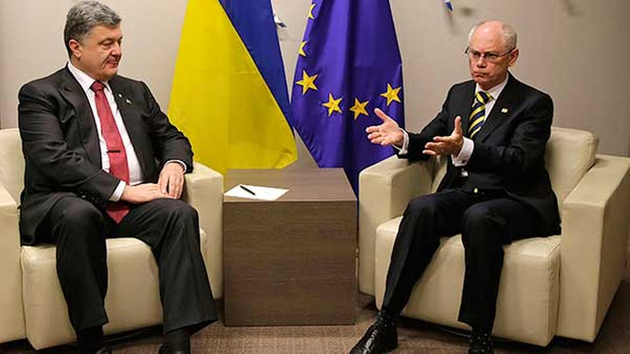 Ukrainian President Petro Poroshenko, left, speaks with European Council President Herman Van Rompuy during an EU summit in Brussels on Aug. 30, 2014.