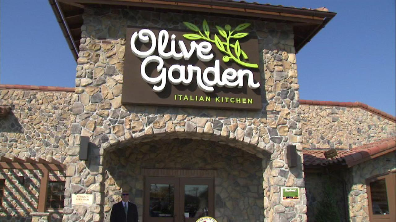 An Italian restaurant chain has its first restaurant in Chicago after an Olive Garden Restaurant opened its doors Monday morning.