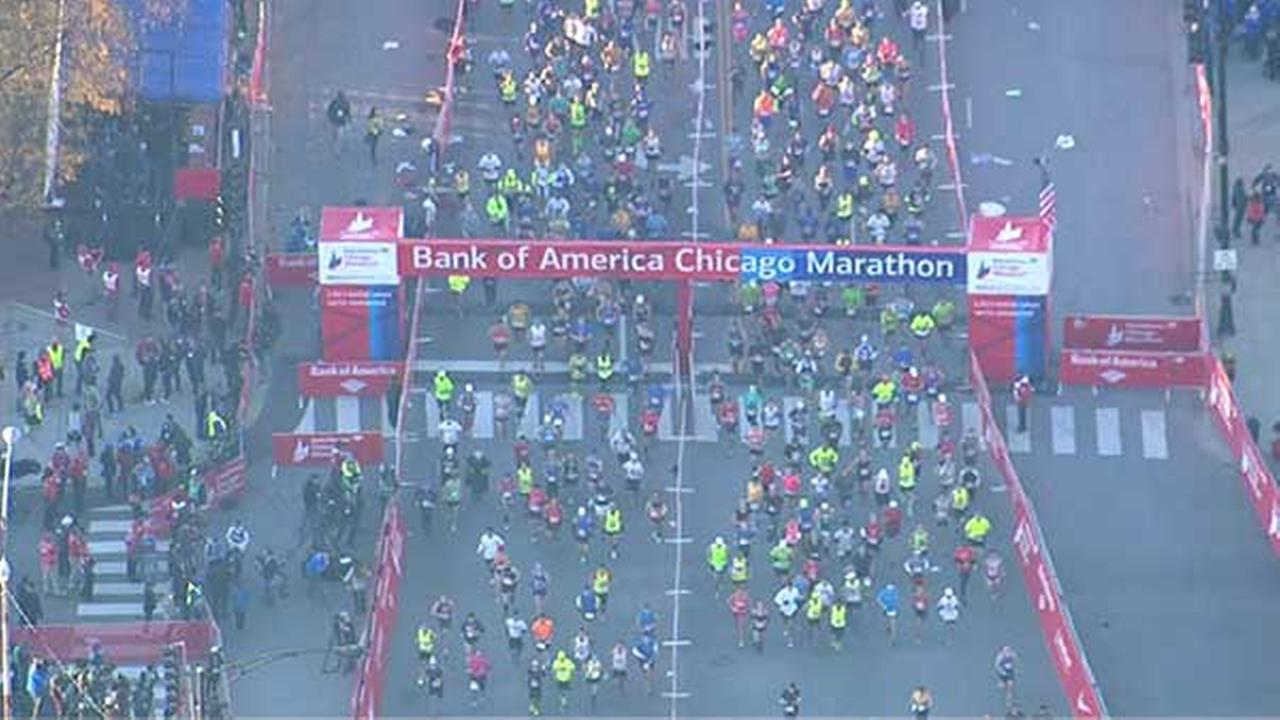 Chopper7s view of runners at the start line of the Chicago Marathon in Grant Park.