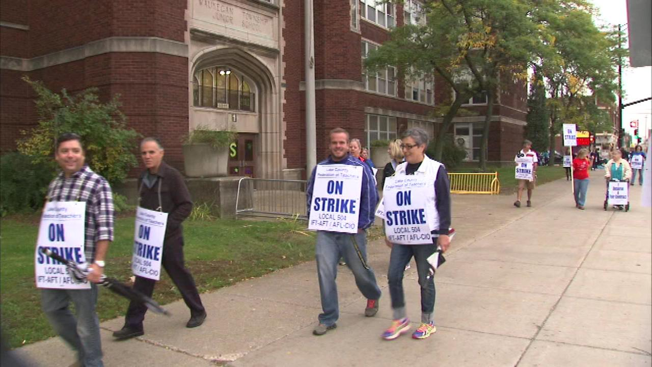 A teachers strike in north suburban Waukegan will keep students out of school again Monday as the labor dispute heads into a third week.