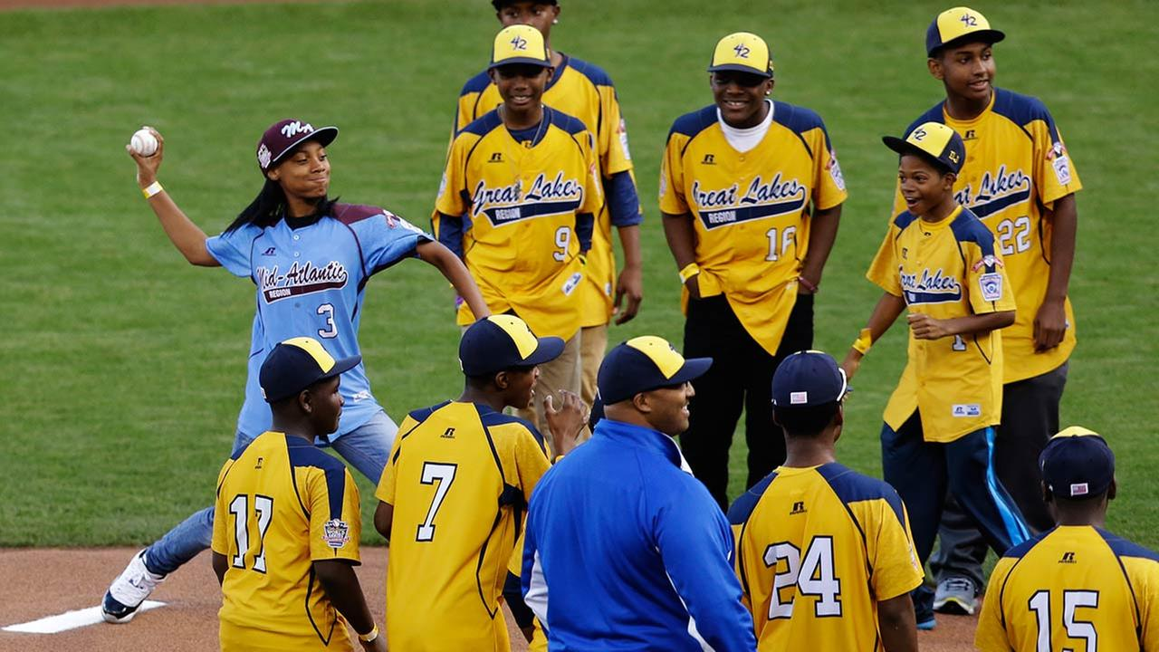 Chicagos Jackie Robinson West team that reached the Little League World Series this summer watch as Mone Davis throws out the ceremonial first pitch before Game 4 of the World Se