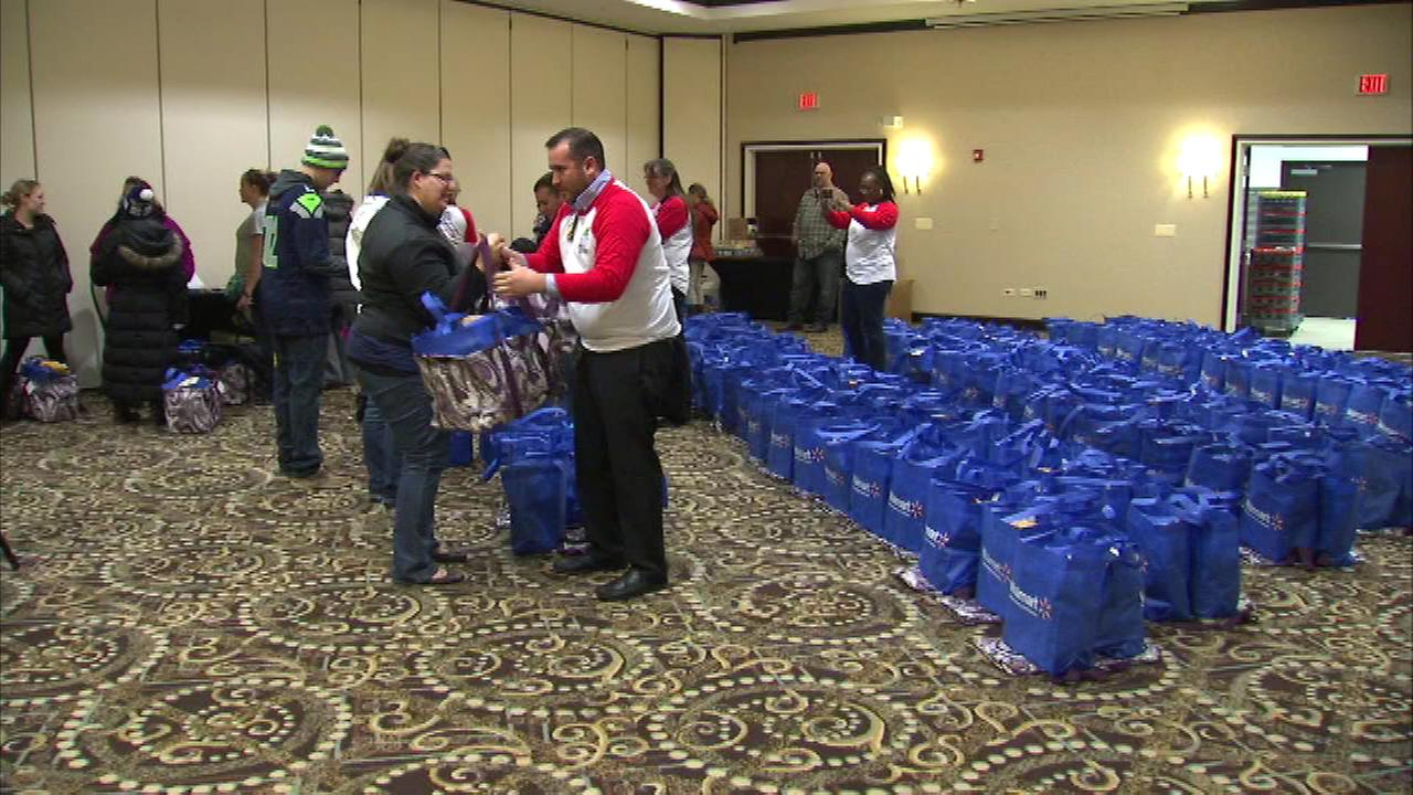 Some military families from the Chicago area are enjoying a holiday season meal Friday night thanks a volunteer organization.