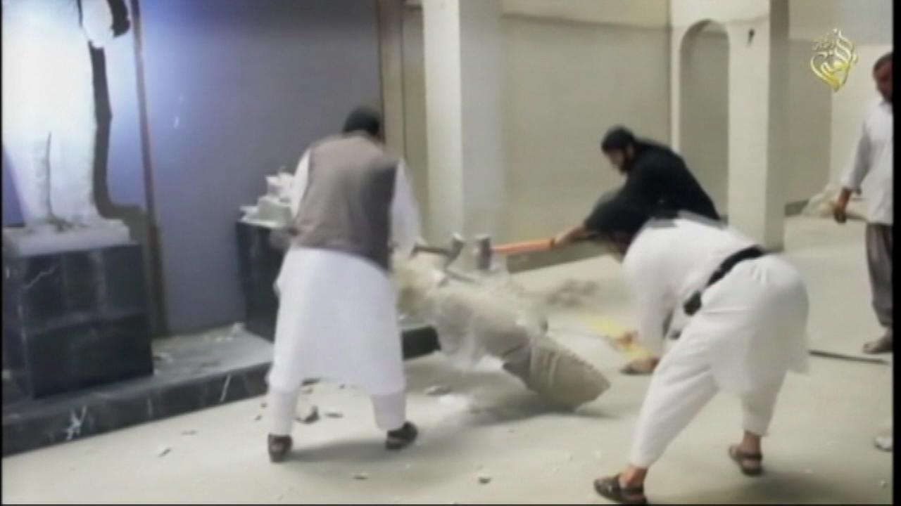 Islamic State militants released a video that depicted men using sledgehammers to smash ancient Mesopotamian statues and other artifacts in Iraqs northern city of Mosul.