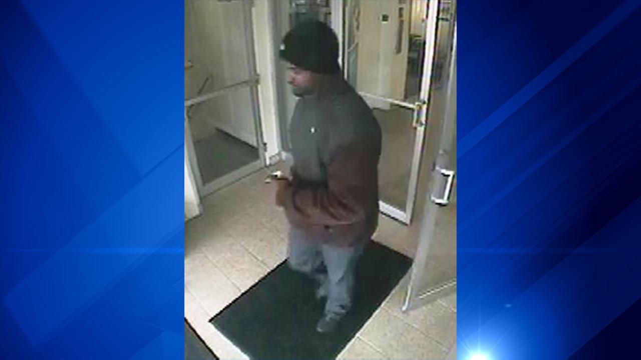 FBI searching for suspect in Evergreen Park bank robbery