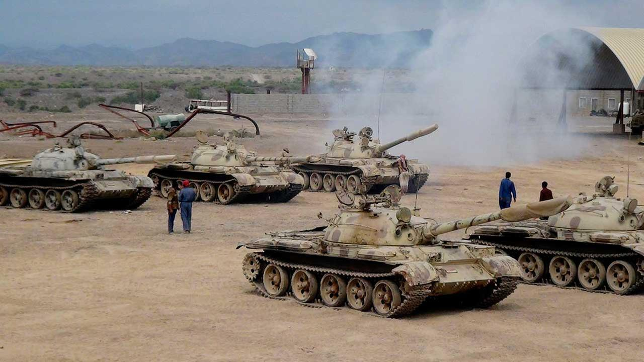 Militiamen loyal to Yemens President Abed Rabbo Mansour Hadi take positions at the al-Anad air base in the southern province of Lahej, Yemen, on March 24, 2015.