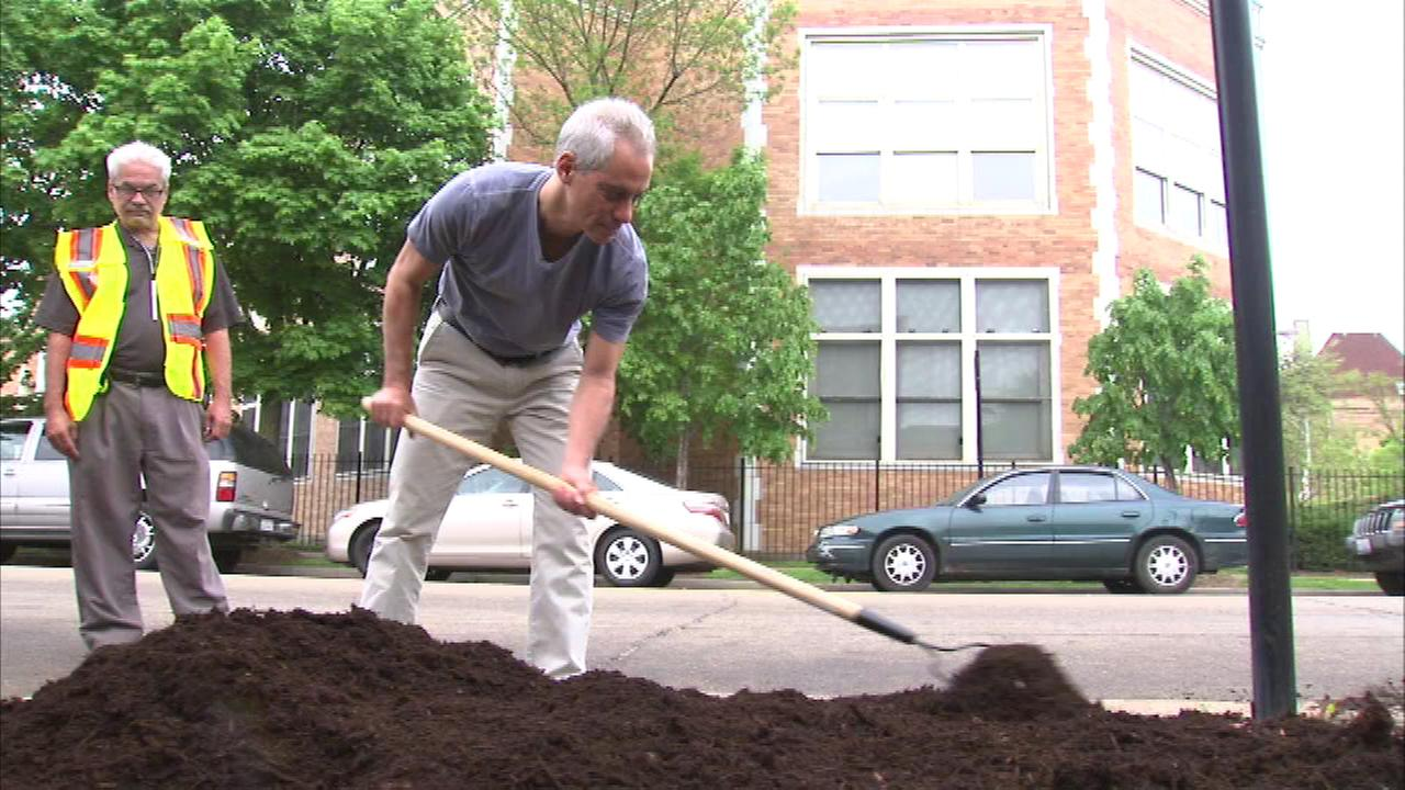 Mayor Rahm Emanuel helped kick off inaugural weekend with a day of service at a school in the West Town neighborhood.