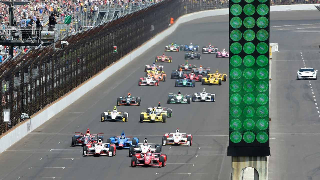 Scott Dixon, of New Zealand, leads the field to start the 99th running of the Indianapolis 500 auto race at Indianapolis Motor Speedway in Indianapolis on May 24, 2015.AP Photo/AJ Mast