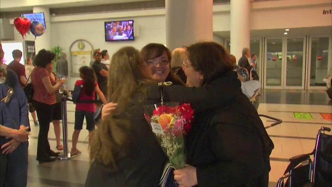 It was a heartwarming reunion 35 years in the making when Tina Colosimo met her biological sister Saturday night at OHare Airport for the first time in 35 years.
