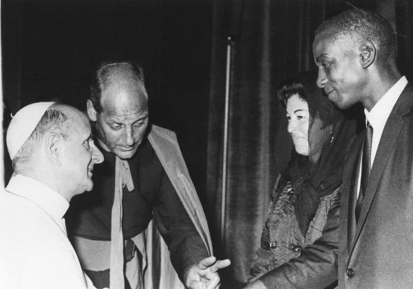 <div class='meta'><div class='origin-logo' data-origin='none'></div><span class='caption-text' data-credit='AP Photo/ XMB'>American baseball player Ernie Banks of the Chicago Cubs and his wife Eloyce, meet Pope Paul VI in Vatican City, Oct. 26, 1966. (AP Photo)</span></div>