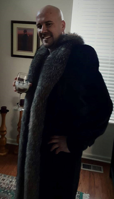"<div class=""meta image-caption""><div class=""origin-logo origin-image wls""><span>WLS</span></div><span class=""caption-text"">Mom said...grab the mink coat and her wine...SO I DID...#RedCarpet #oscarpartyselfies #dontjudge (Larry Marovich/Facebook)</span></div>"