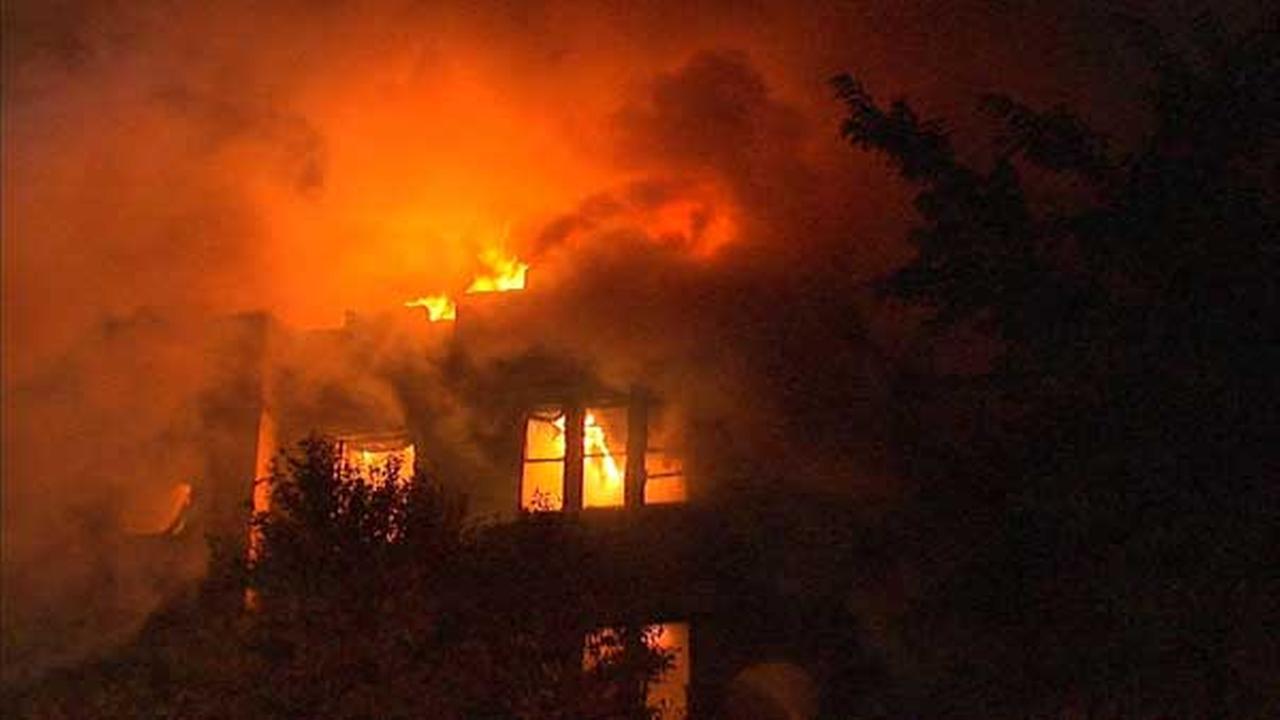 Building On Fire : Alarm fire destroys oak park apartment building dozens