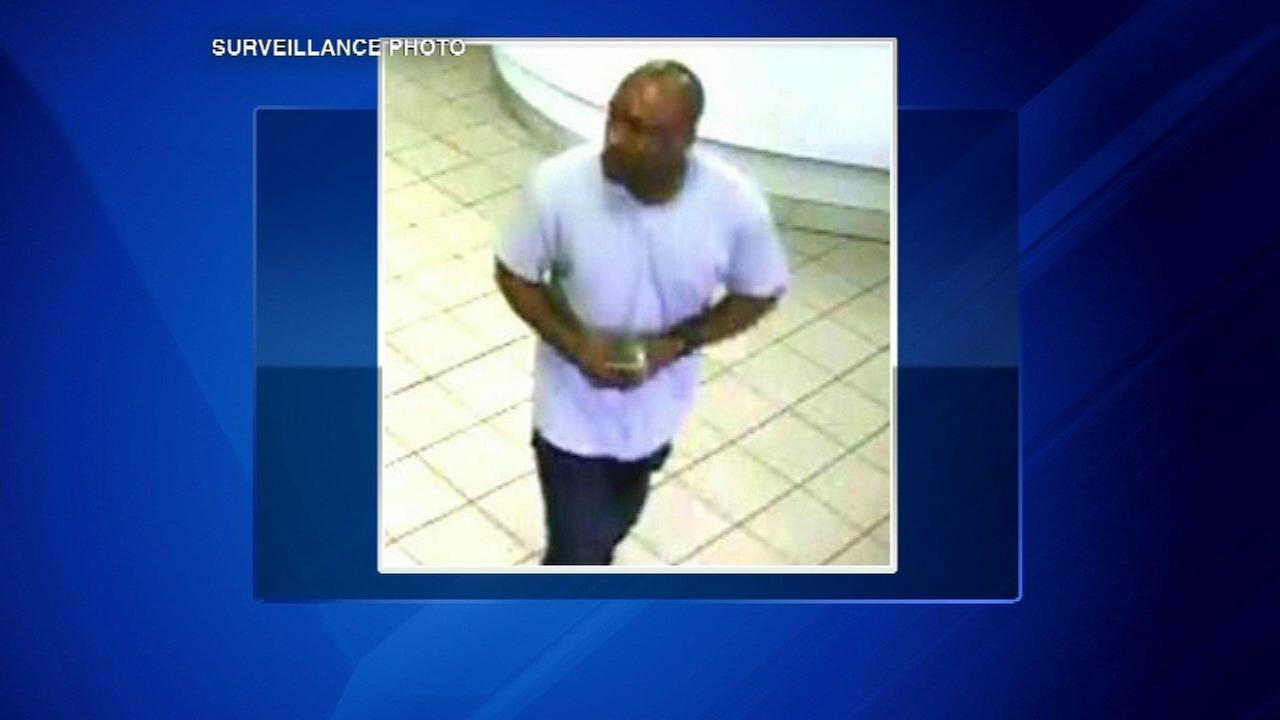 Man robs West Rogers Park bank
