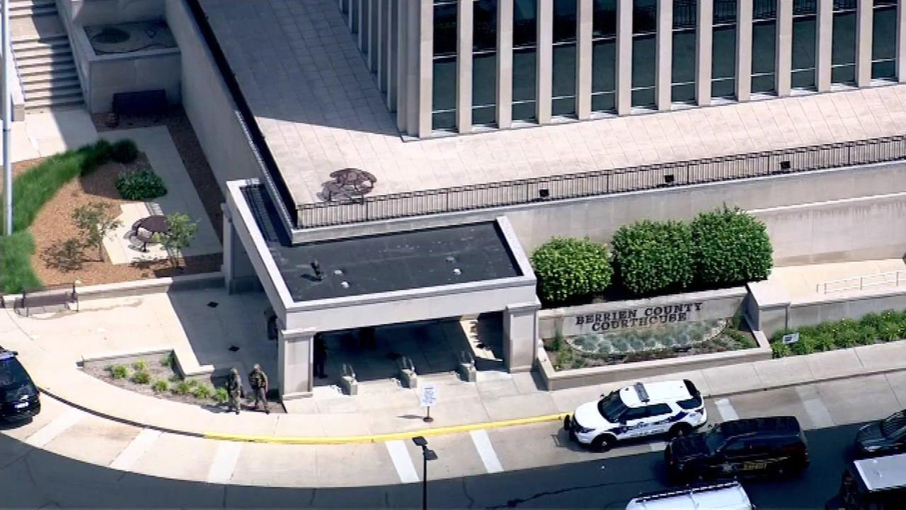 Sheriff: Inmate killed 2 bailiffs after getting gun at Michigan courthouse