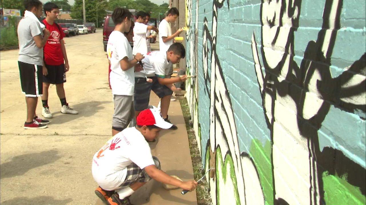 Street artist paints Little Village mural