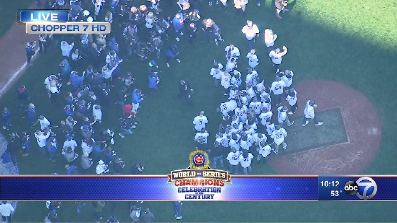 Cubs take team photo with trophy on Wrigley Field