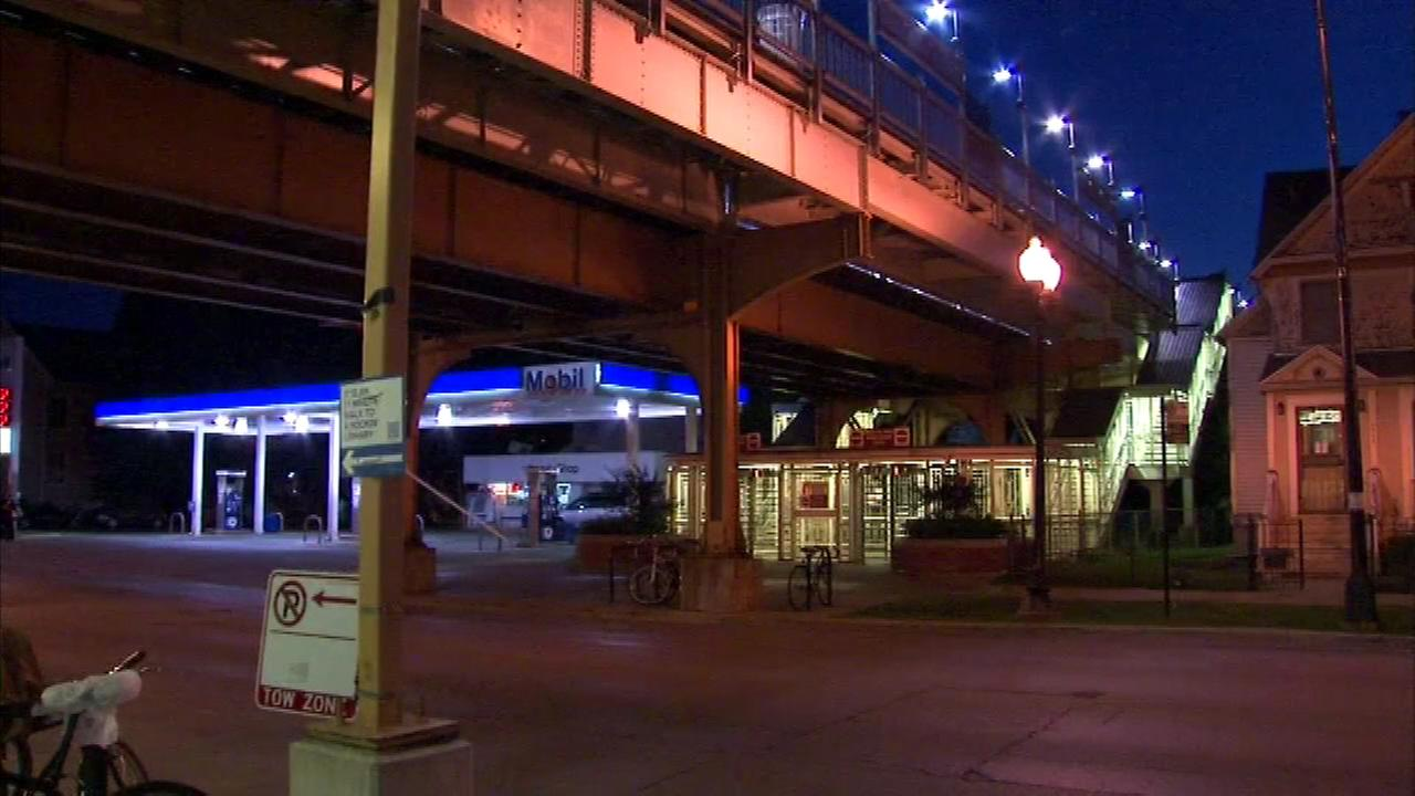 Woman robbed at gunpoint in Ravenswood near Damen Brown Line station