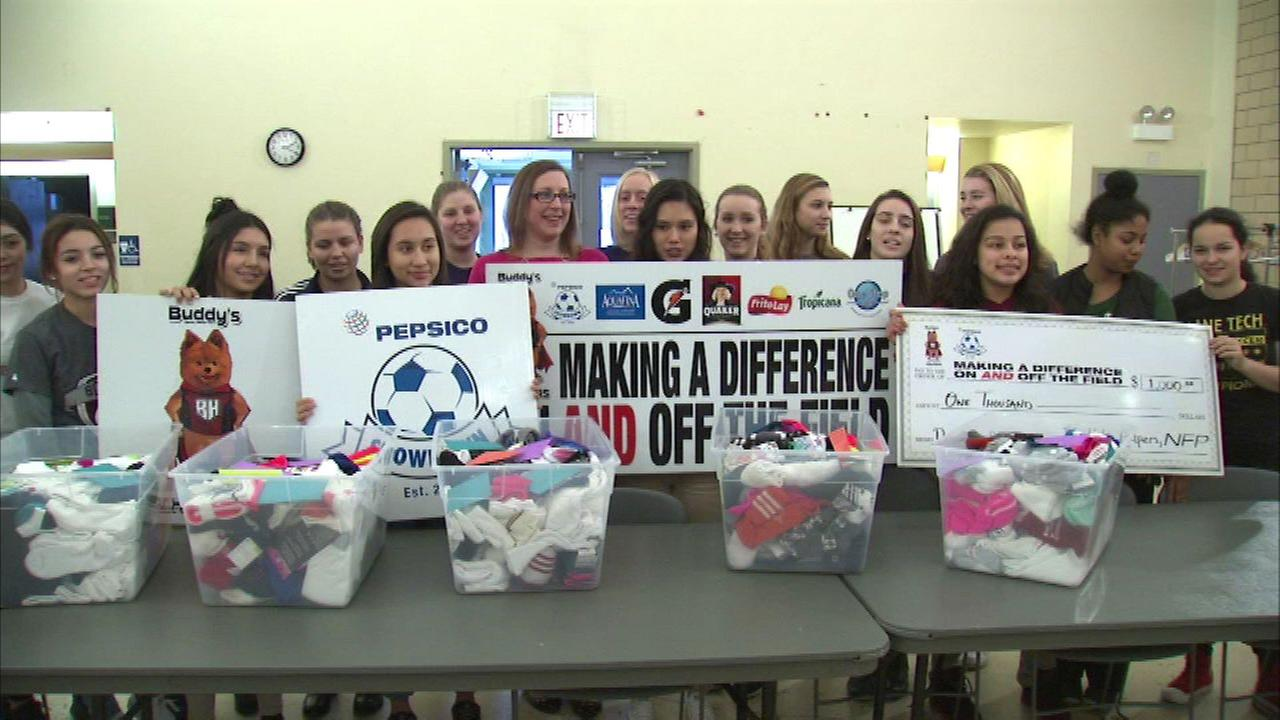 Chicago area high schoolers donate 1,000 pairs of socks to women's shelter