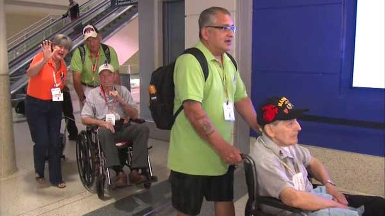 World War II veterans from Chicago take honor flight to Washington