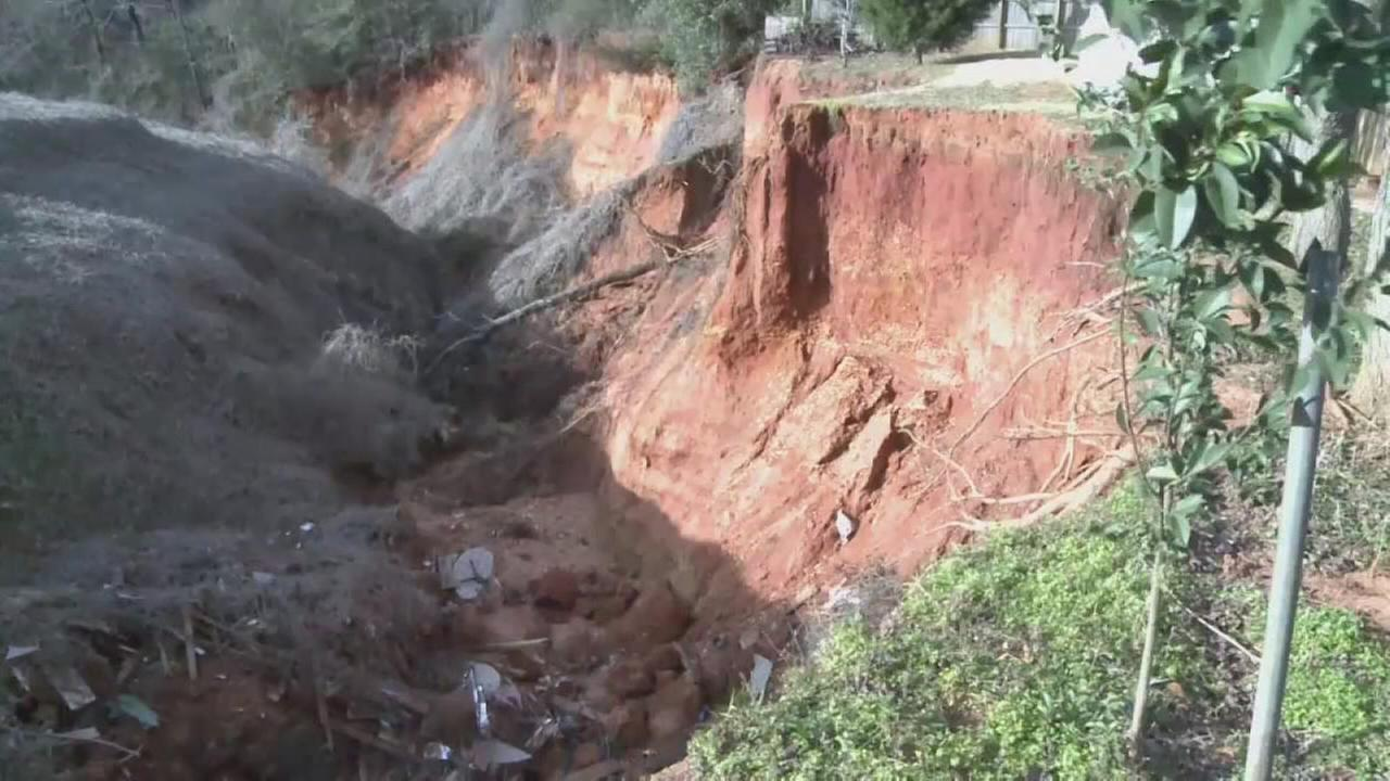Residents frustrated with Alabama sinkhole