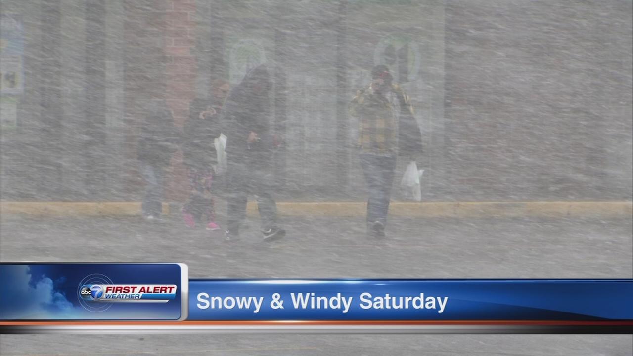Snow, wind blows through Chicago