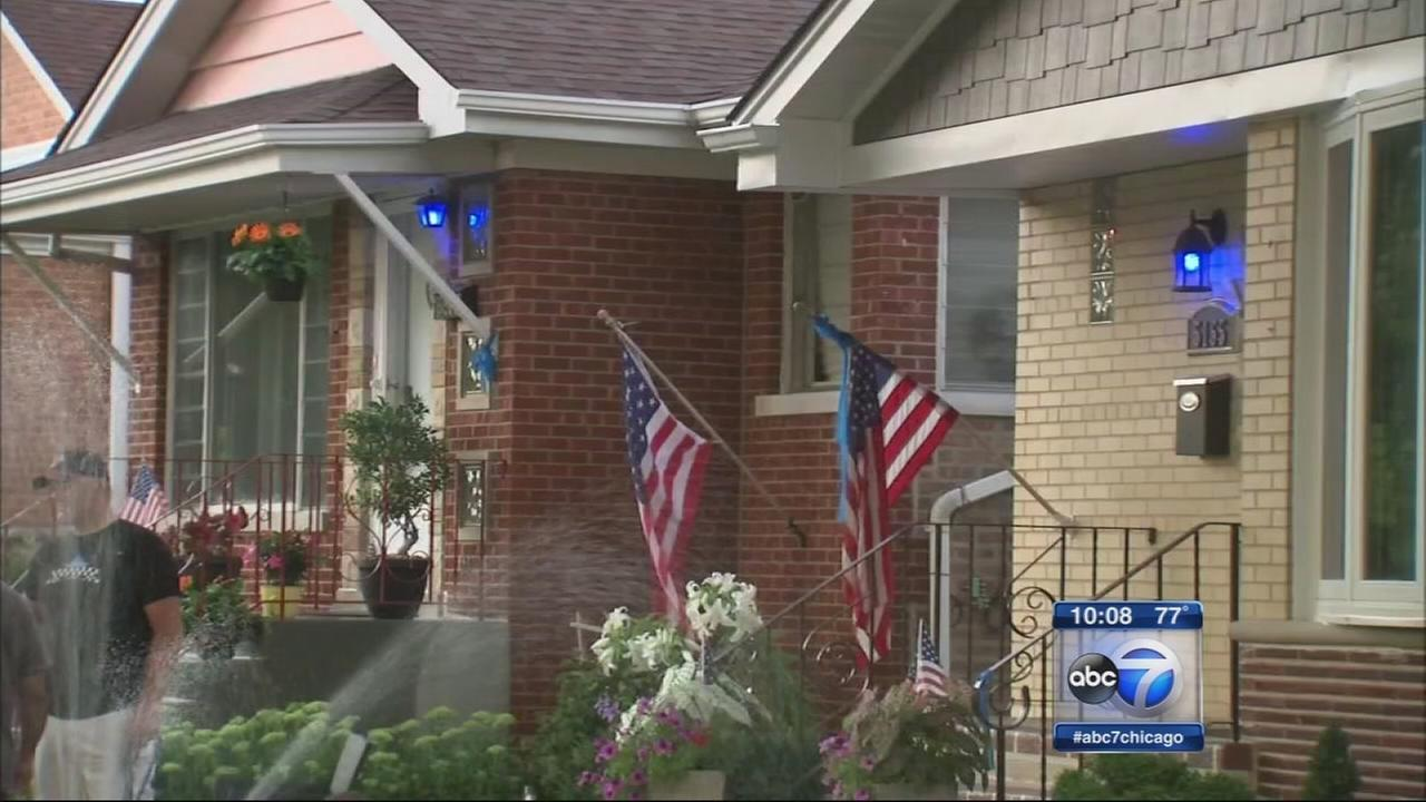Garfield Ridge turns on blue lights to honor police officers