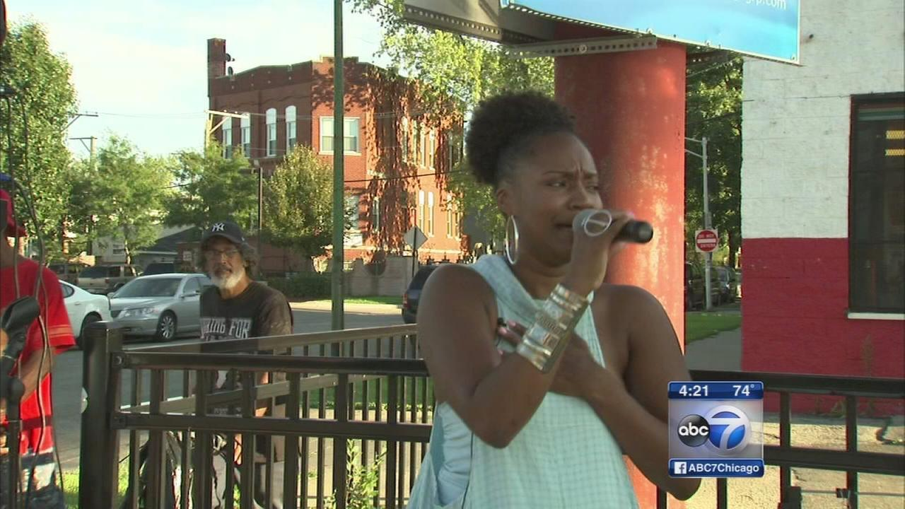 Singing woman spreads joy, peace in Chicago