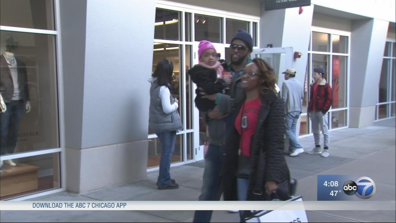 Warm weather draws shoppers to post-holiday sales