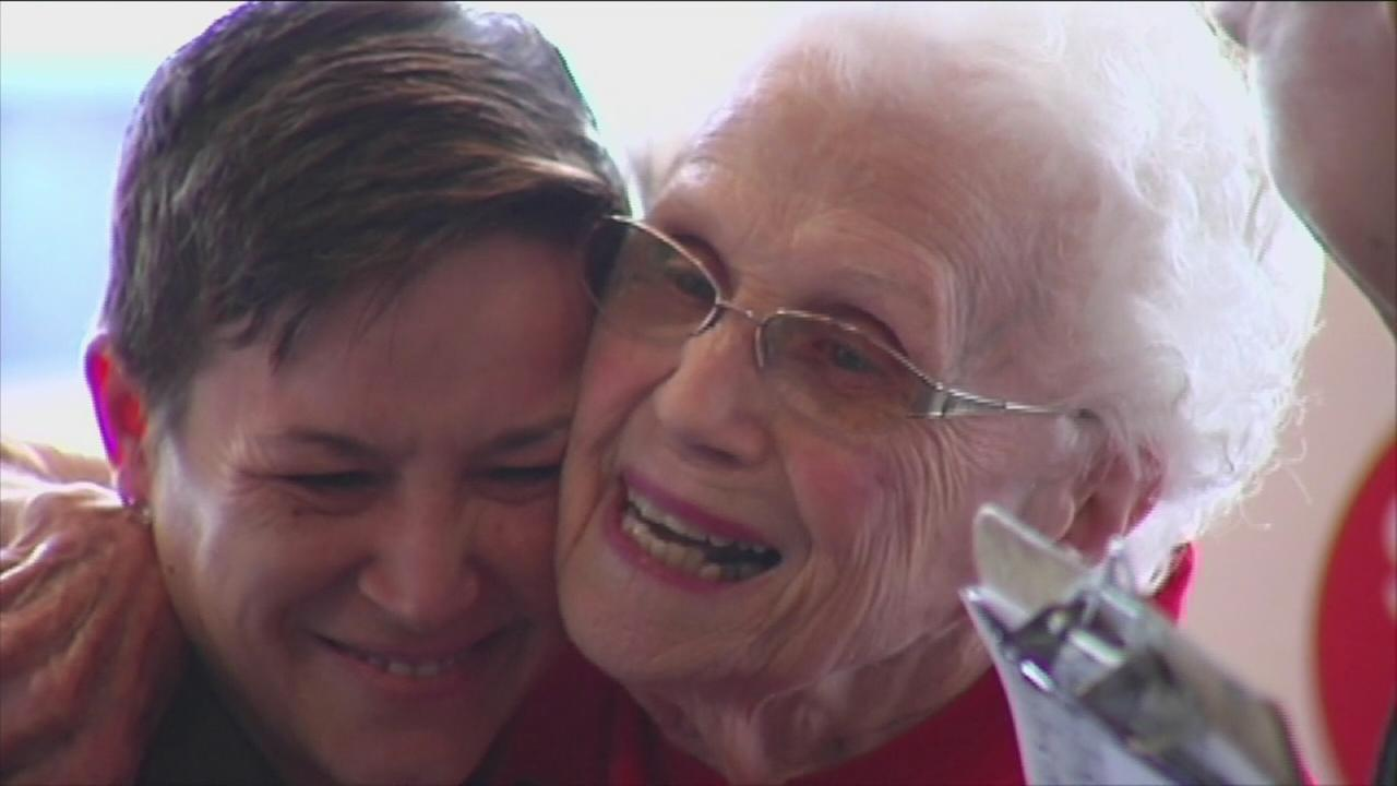 Woman, 94, serving up smiles at McDonald?s for 44 years