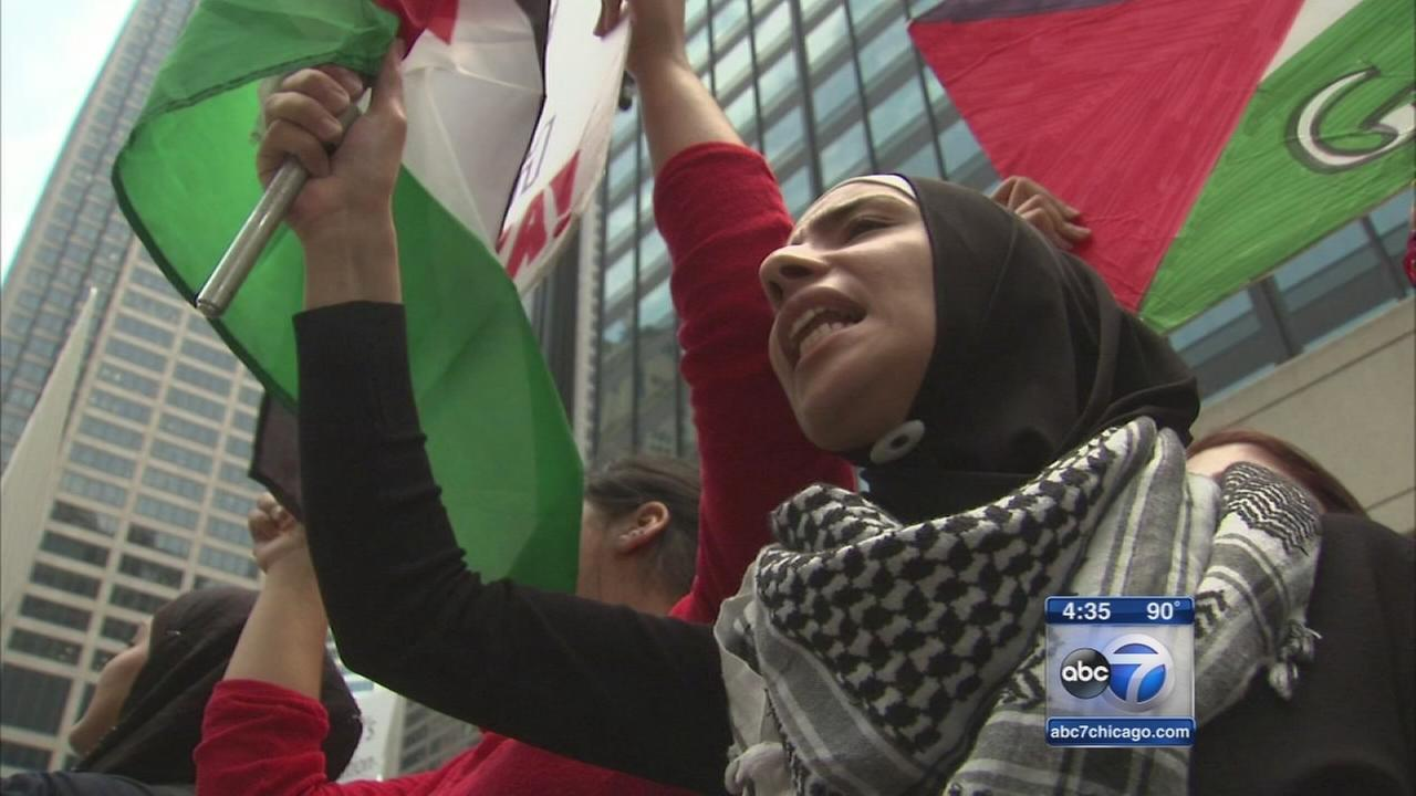 Israeli, Palestinian supporters march in Chicago