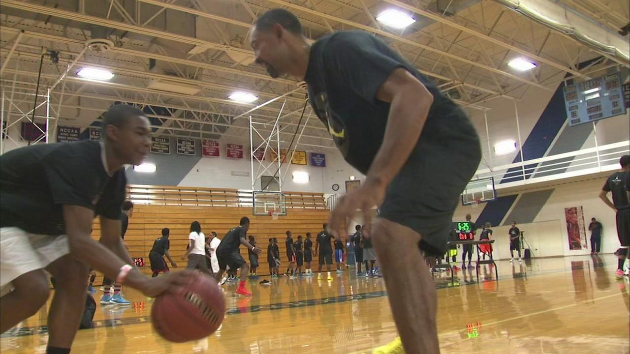 Juwan Howard sponsors basketball camp for CPS students