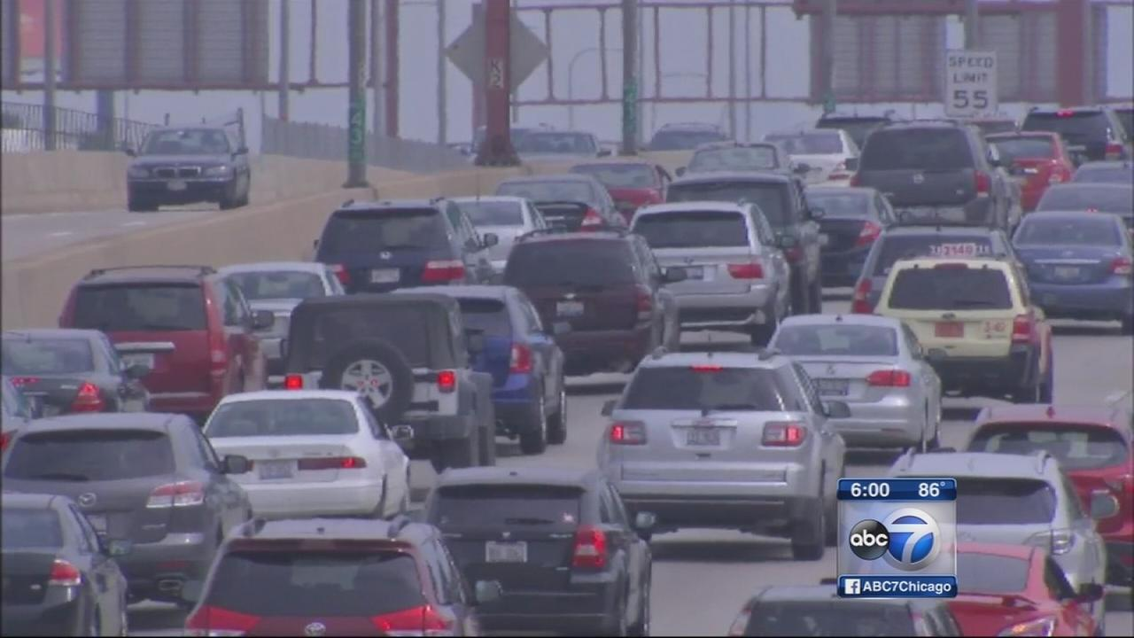 Labor Day weekend travelers crowd Chicago airports, roadways