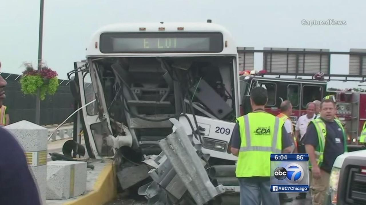2 Chicago firefighters rescue female bus driver from crash