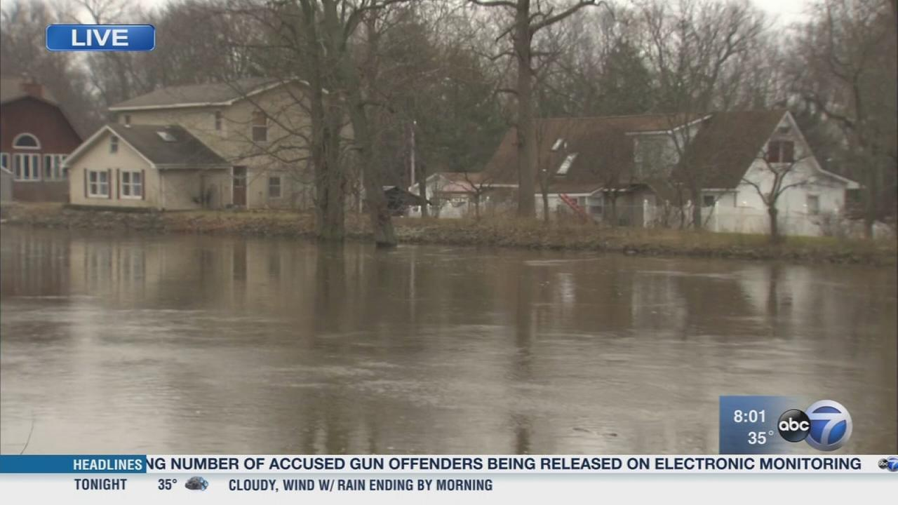 Kankakee River levee breaks, threatens nearby homes