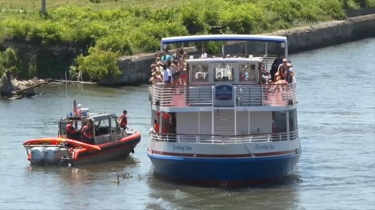 Tour boat helps rescue kayakers in Chicago River