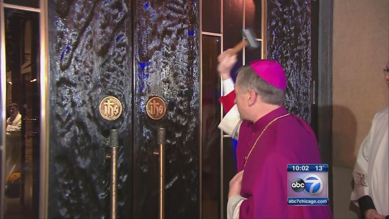 Cupich installation begins with knock on Holy Name door
